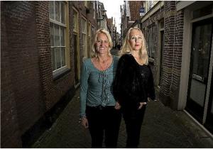 Agnes Gorter (links) en Adrieke Pijnappel ervaren het daglicht soms al als schemering.