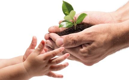 2 handen schenkeneen gidt aan 2 kinderhanden