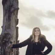 Lotte staat stevig naast een boom met haar blindestok demonstratief in de hand