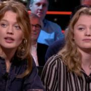 Lotte en Roos zitten naast elkaar aan tafel bij Mathijs van Nieuwkerken