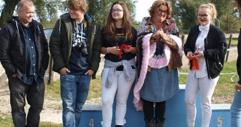 Vader, Simon, Jet, moeder en zus Op 't Land naast elkaar op een bospad