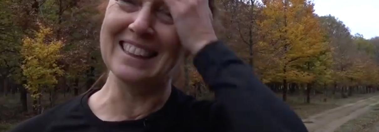 Ivonne, net komen aanrennen en wrijft met haar hand over haar bezweten voorhoofd