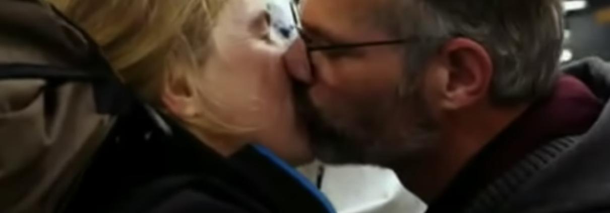 Maartje en Peter kussen elkaar innig