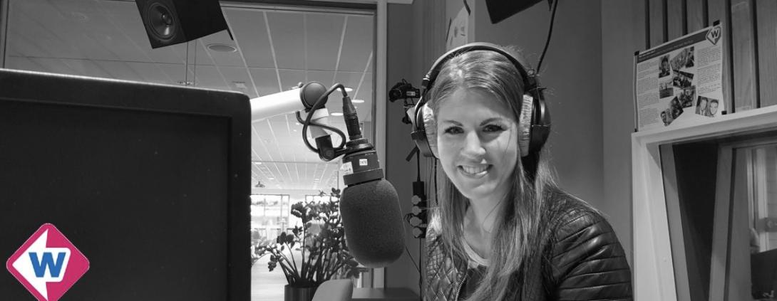 Joyce in de studio met een koptelefoon op en een grote microfoon