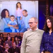 Liesbeth en haar man in de studio. Op de achtergrond zie je het schilderij wat zij hebben gekregen: Het gezin over 10 jaar.