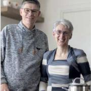 Erik en Hettie staan in hun keuken en kijken lachend in de camera