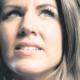 Portret van Joyce de Ruiter. Haar blik is gericht ver weg naar de lucht