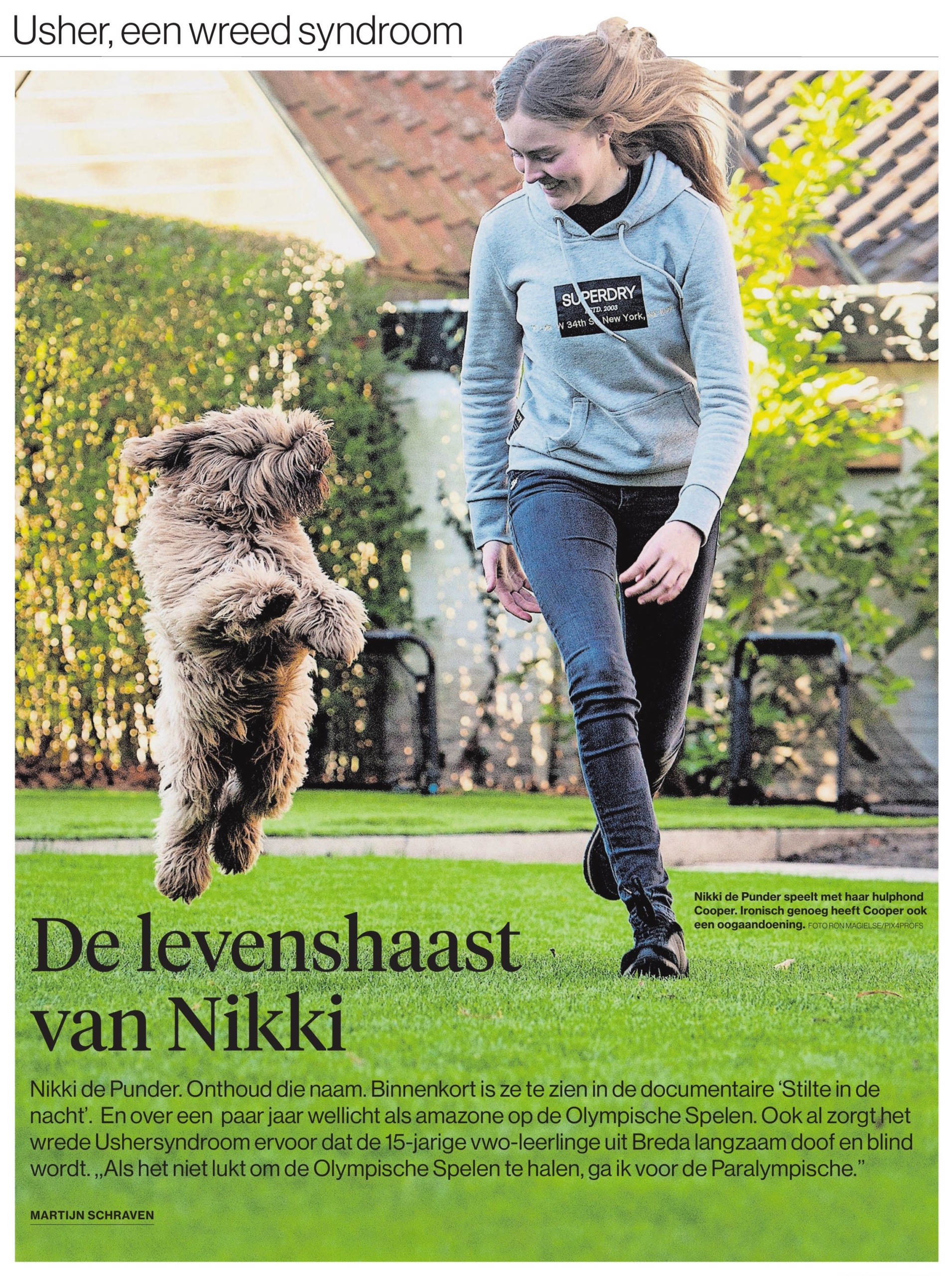 Niki met haar hond Cooper in de tuin aan het spelen met elkaar