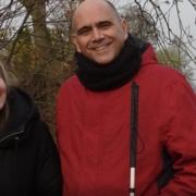 Lotte en Peter staan naast elkaar, lachend en in het bos