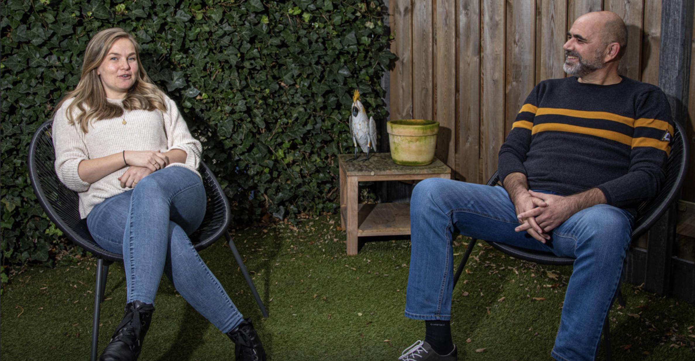 Lotte en Peter zitten buiten in de tuin. Ze zijn in gesprek net elkaar en hebben zichtbaar plezier.
