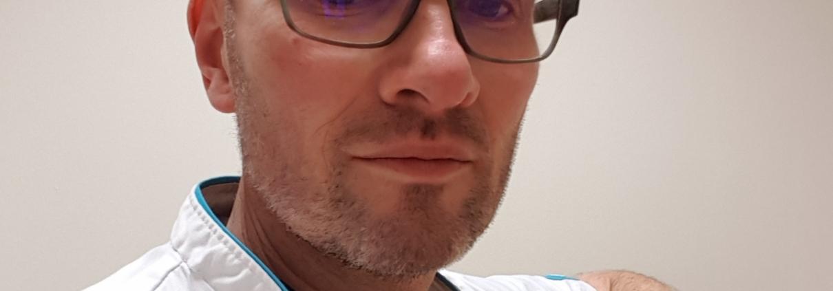 Jack Weeda, draagt een bril en witte doktersjas